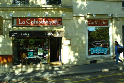 圖09咖啡圖書館不怎麼起眼,門口則香氣四溢,店內也大有學問。