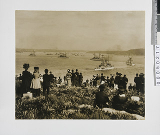Spectators watching the arrival of the US Great White Fleet