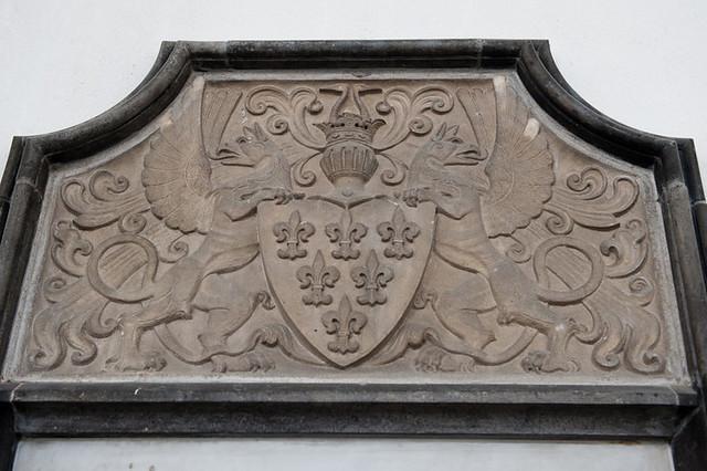 Het wapenschild van de familie Van Weede van Dijkveld, detail van het grafschild. Foto: Anna van Kooij.