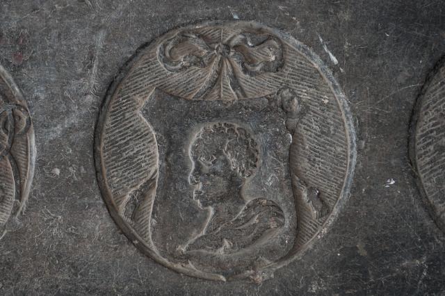 Grafsteen van Bruijns Rust, detailopname van het Morenhoofd. Het hoofd is afgebeeld zonder tulband. Foto: Anna van Kooij.
