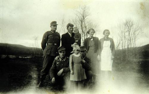 Bergjegere sammen med ukjent familie