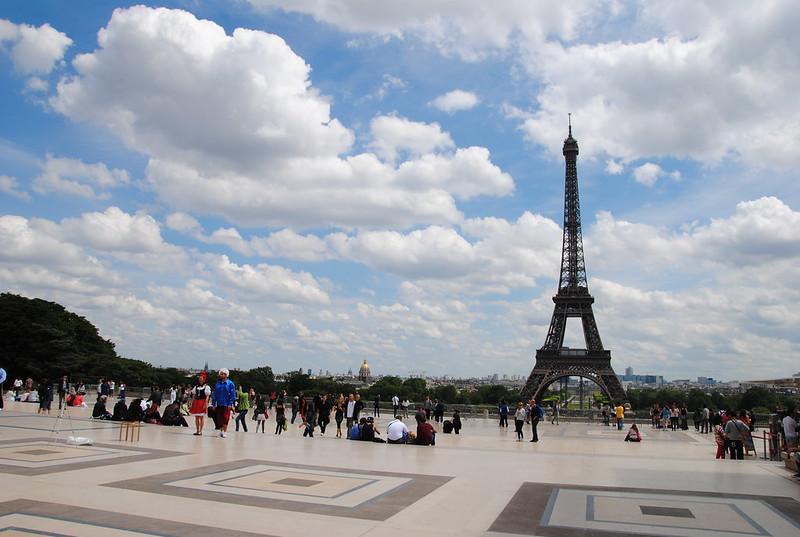 Babaquices em frente à Torre Eiffel