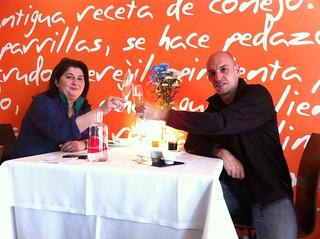 Logroño | Marisol Arriaga | Marisol Arriaga y Javier Leiva tomando cava | by moverelbigote