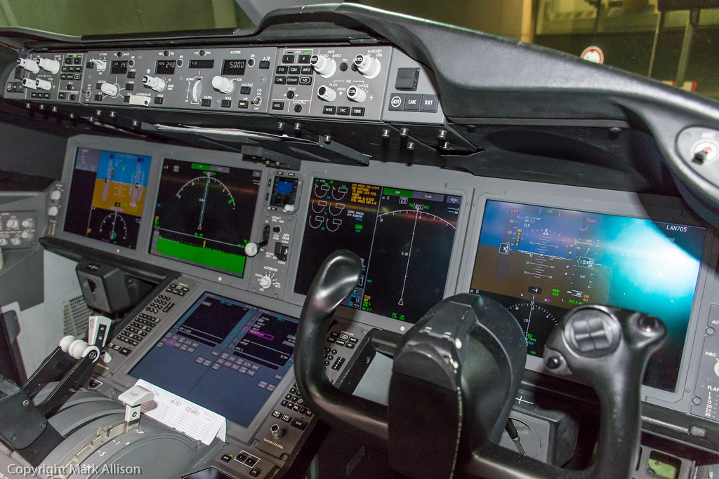 LAN Boeing 787-8 Dreamliner CC-BBD Cockpit | The brilliant f