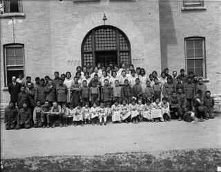 Group of students posing in front of the Brandon Indian Residential School, Brandon, Manitoba / Groupe d'élèves devant le pensionnat indien de Brandon, Brandon (Manitoba)