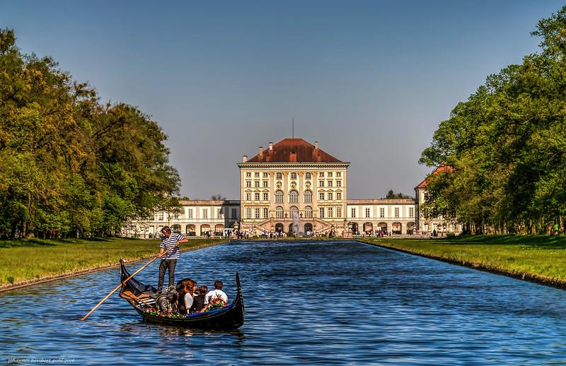 Venezianische Gondel mit Bayerischen Schloss - Venetian gondola with Bavarian castle
