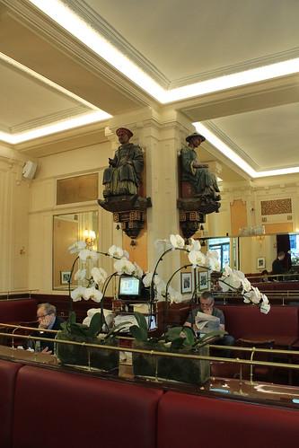 圖03樑上的兩尊清朝人偶,是雙叟咖啡館的鎮館之寶,吸引許多遊客慕名而來。