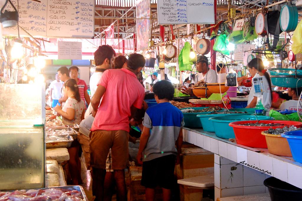 Shopping in D'Talipapa market