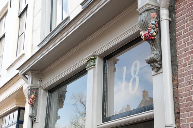 Huize 'De Moriaan', aanzicht van de gevel op straatniveau. Let op de sculptuur van bloemtrossen aan weerzijde. Foto: Anna van Kooij.