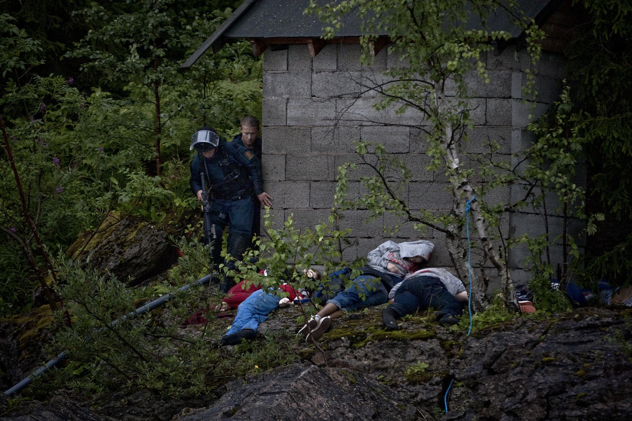 Фото: Никлас Хаммарстрем. Полиция обыскивает остров Утёйа в Норвегии в поисках новых боевиков. 11.07.22