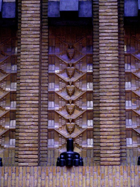 Detail van het tegelwerk tussen de dakbogen.  Foto: Geerten van Gelder.