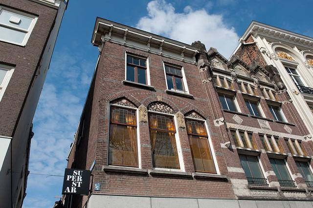 Geveldetail van het huidige pand aan de Oudegracht 115, waarschijnlijk stammend van een verbouwing eerste kwart 20e eeuw.