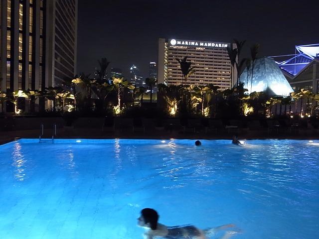 <p>夜気持ちよく泳げます</p>