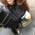 #coordinate#style#outfit#ootd #blouson →→→ #31philliplim #tops →→→ #lecielbleu #pants →→→ #handm #bag →→→ #christianlouboutin #shoes →→→ #miumiu ブルゾン着てしまうと代わり映えしないですが、トップスは裾にフェザーがたくさん付いたブラックダックスタイルです。スワンではなく、私はおしりが大きいのでダックの方が合ってます☺︎ #31フィリップリム#ルシェルブルー#ルブタ
