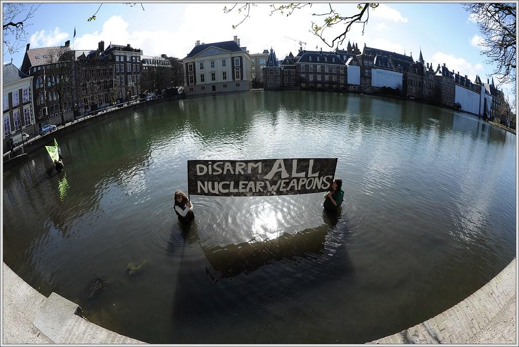 Activisten voeren Actie in de Hofvijver