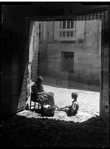 Callejón de los Dos Codos en Toledo hacia 1920. Fotografía de Enrique Guinea Maquíbar © Archivo Municipal de Vitoria-Gasteiz
