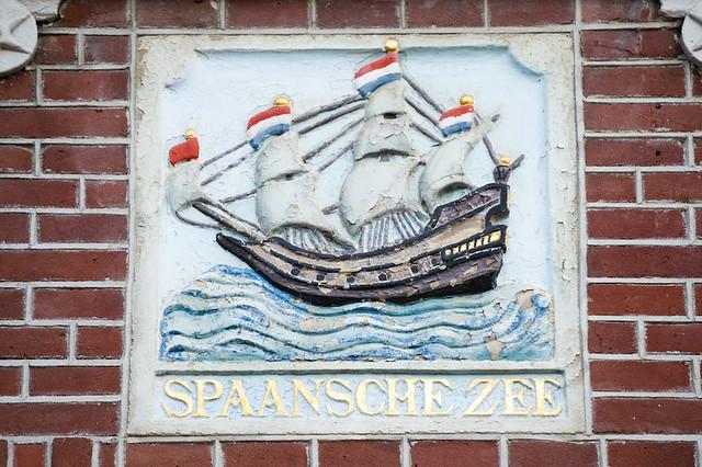 Gevelsteen 'de Spaanse Zee' in detail. Foto: Anna van Kooij.