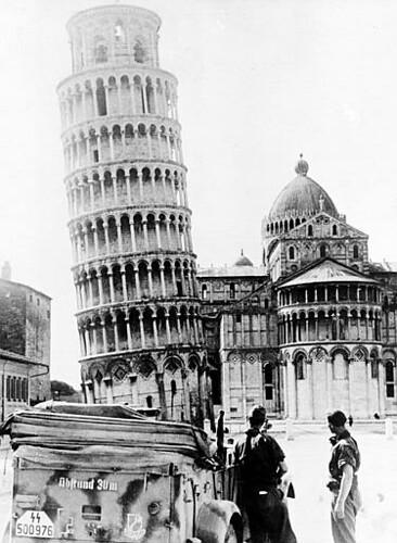 Tropas nazis al lado de la Torre de Pisa