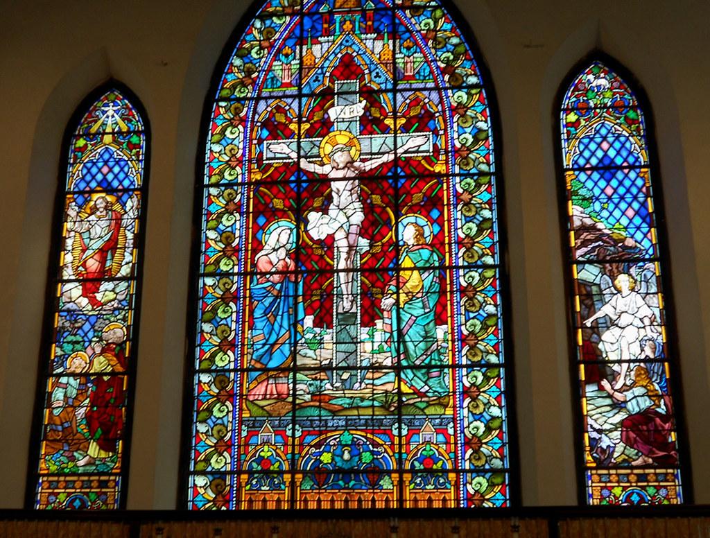Gereja dengan stained glass