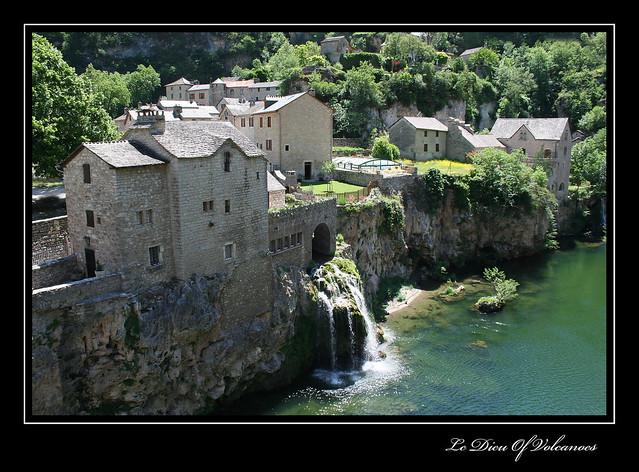 Village de Saint-Chély-du-Tarn et sa cascade (Gorges du Tarn - Lozère)