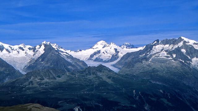 Mönch, al centro, Jungfrau, a sinistra e Eiger a destra visti dall'Helsenhorn. Canton Vallese, Svizzera