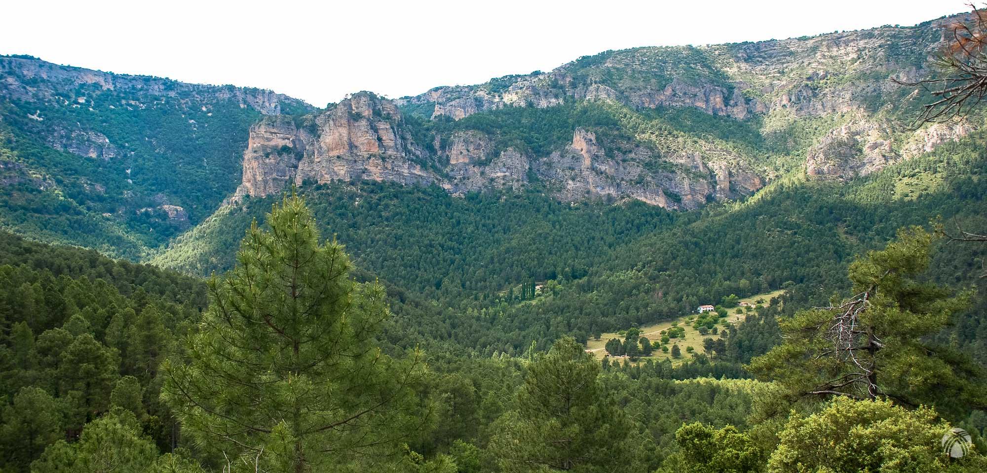 Perspectiva frontal de Peñalcón y el aserradero