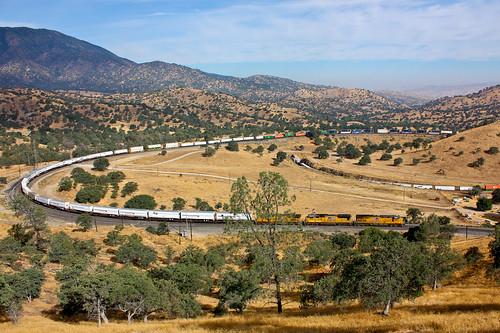 railroad trains freight tehachapiloop intermodal unionpacificrailroad tehachapipass mountainrailroading zbrlc walongcalifornia