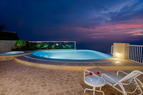 Piscina del Penthouse con tumbadora y coctail — Hotel Irotama del Sol (Santa Marta, Colombia)   by Hotel Irotama Resort Santa Marta