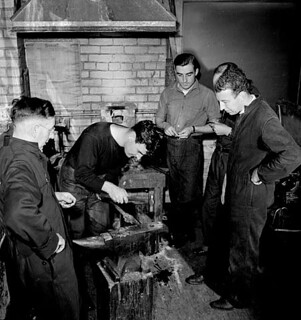 Male students learn metal-smithing in Department of Labour classes at the Central Technical School / À la Central Technical School, des étudiants apprennent à forger aux cours du ministère du Travail