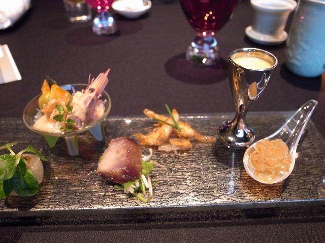 <p>b)ガラスの器の紹興酒漬け海鮮は美味しかった。スイートコーンとフォアグラの冷製スープも美味しい</p>