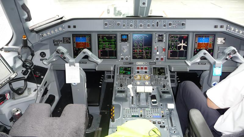 Cockpit Embraer 190