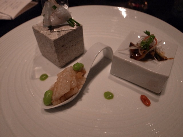 <p>k)すずきのあらい、サザエ、アオリイカの炒め物</p>