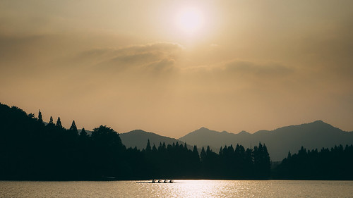 sunset during quiet sony explore westlake hangzhou 西湖 rowers hardworking a7ii lakewalk pegoda roeiers xīhú 7m2