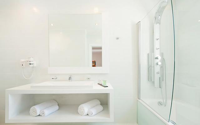 The Kassandra Bay Hotel Deluxe Double Room bathroom