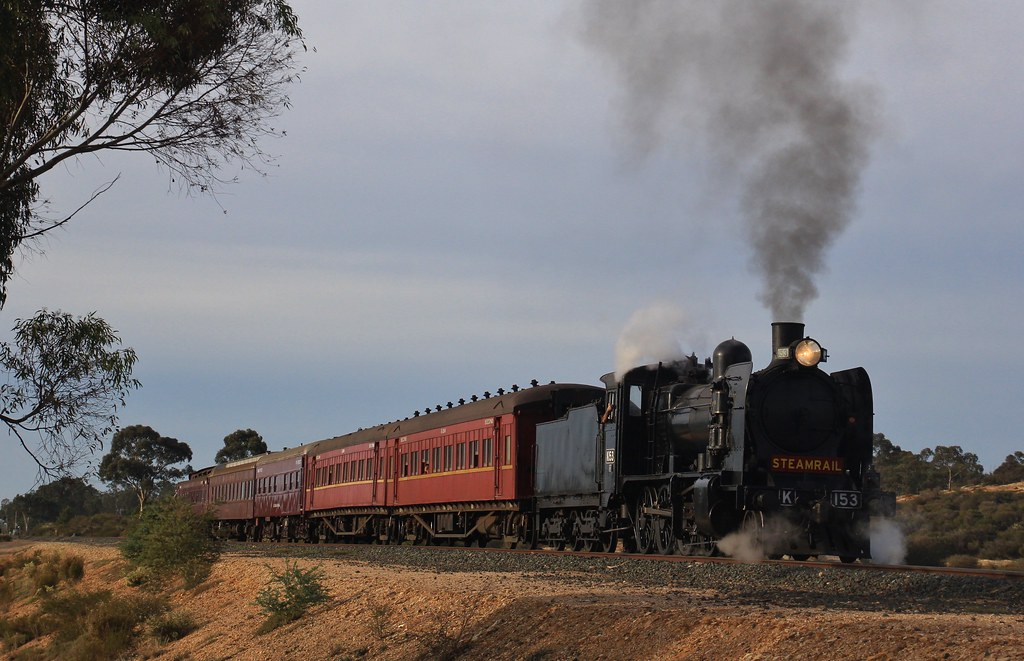K153 waits at the signal in White Hills to proceed into Bendigo by bukk05