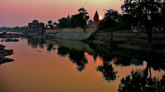 INDIEN, Orchha,  Chattris am Ufer des Betwa-River, am Abend, 14003/6842