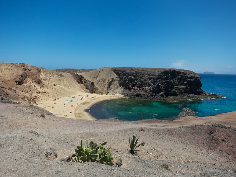 Playa de Papagayo coves