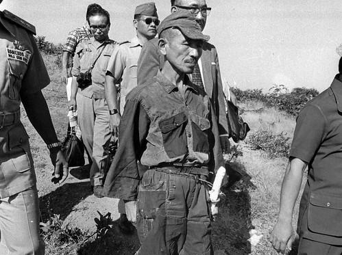 El teniente japonés Hiro Onoda en el momento de su rendición