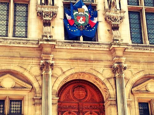 La grande porte de l'Hôtel de Ville de Paris