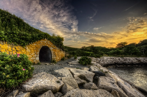 ocean ri sunset green yellow moss rocks hole path newengland rhodeisland newport photowalk mysterious hobbit cliffwalk hobbithole gullrock trigphotography frankcgrace