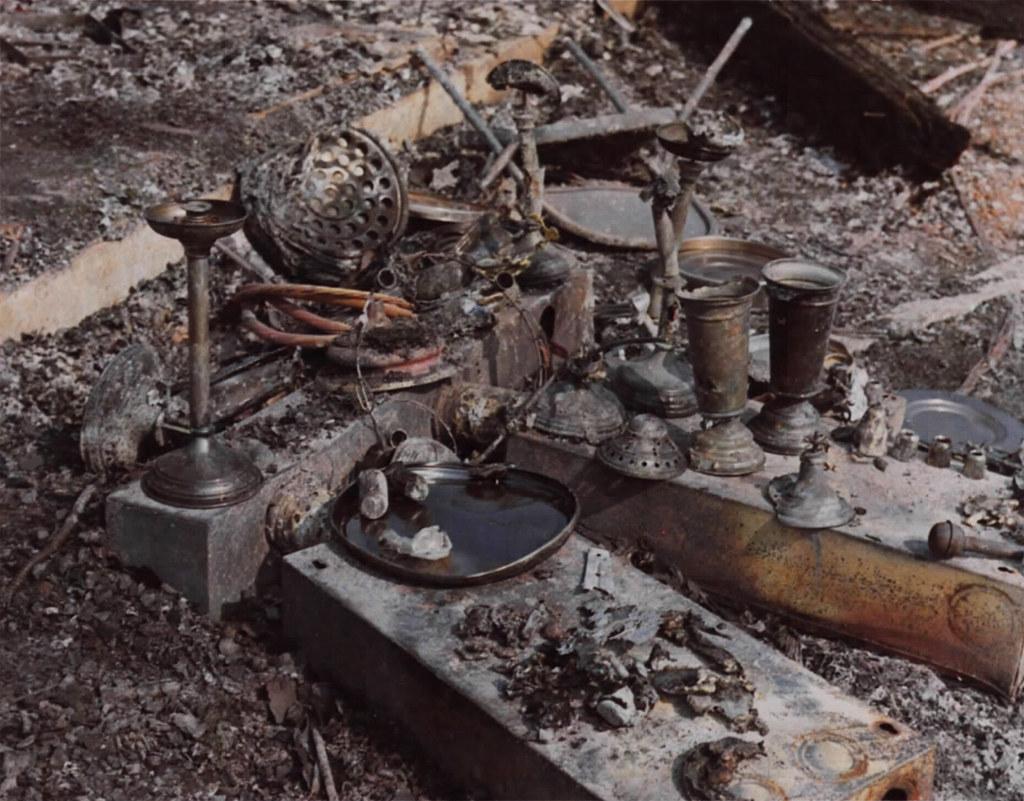 Page 153 - các đồ thờ phượng trong nhà nguyện tại căn cứ TSN bị cháy rụi sau pháo kích