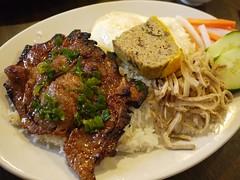 土, 2012-06-30 18:20 - Com Dac Biet(焼肉、目玉焼き、豚松風、細切り肉のせご飯)