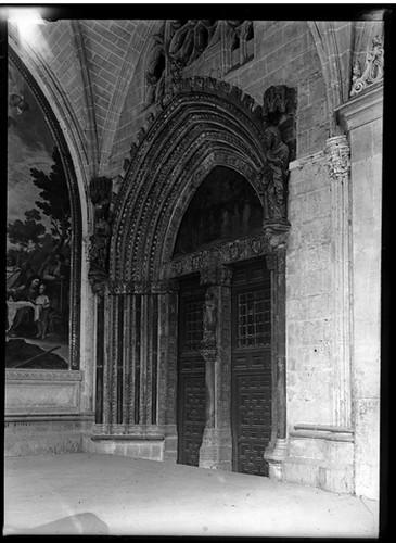 Puerta de santa Catalina en la Catedral de Toledo hacia 1920. Fotografía de Enrique Guinea Maquíbar © Archivo Municipal de Vitoria-Gasteiz