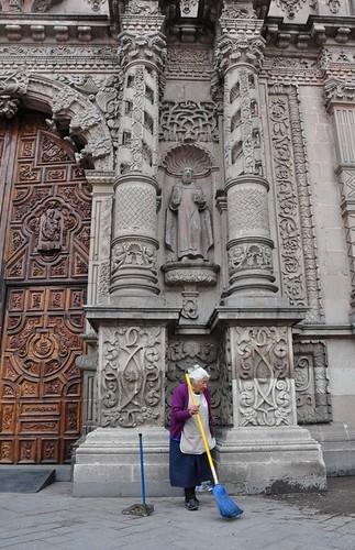 Parroquia Nuestra Señora del Carmen, San Luis de Potosí (detalle), México, y la anciana que asea la puerta de acceso. | by Fernando Mandujano Bustamante