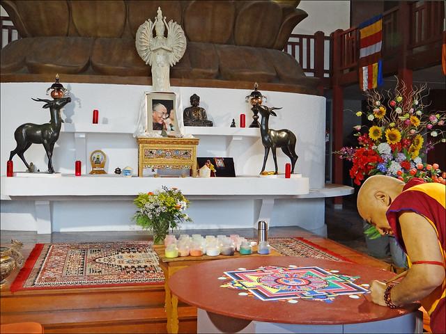 Moine bouddhiste réalisant un mandala