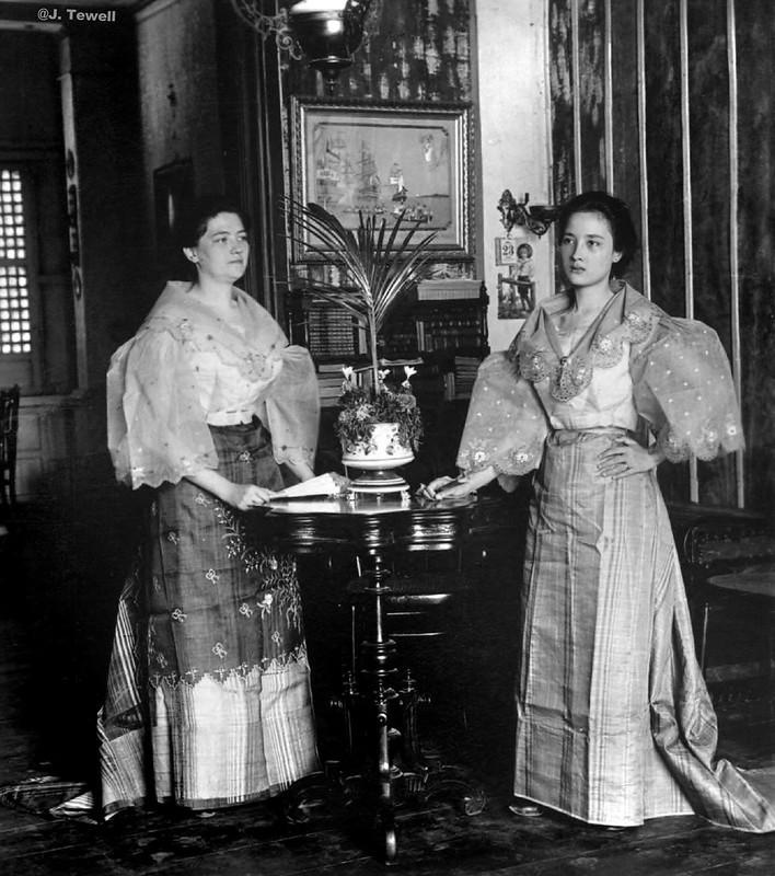 Young Spanish mestizo women in native dress inside a pleasant Filipino home, Ermita, Manila, Philippines, 1899