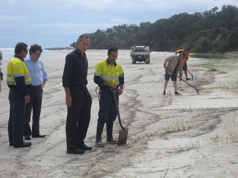 20090313-pic-bob and ronanan and clean up crew qld spill-vf