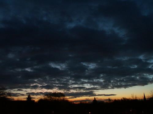 Donnergerollen und Wolkenbrausen die vor Tagen Sonnenaufgang einst friedlich dieses Land bebaut, die Ritter, die erschlagen das Friedvolk unter Psalmenlaut, in Pommern, Polen und nach Jahren als sein Grab er fand, wohin sind alle sie still schweigend gefahren? Darüber liegt der Sand der Vergangenheit 140