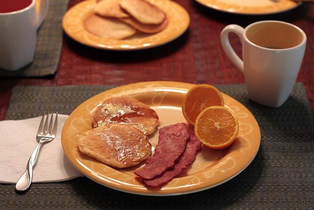 assiette de petit déjeuner avec citron, bacon et pancakes