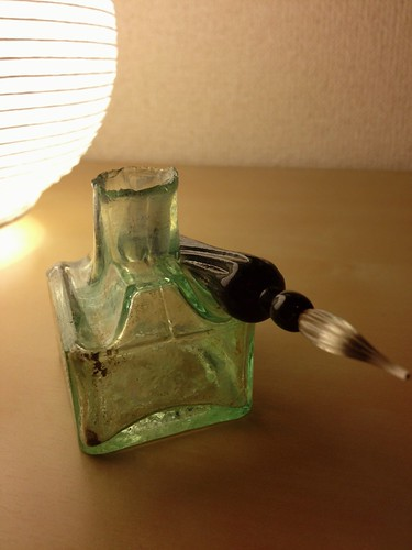 インクボトルとガラスペン:Antique ink bottle and glass pen | by karitsu